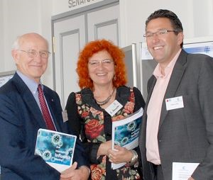 Prof. Robert G. Webster, Dr. Andrea Ammon and Prof. Stephan Ludwig (Photo: FZ/Thomas)